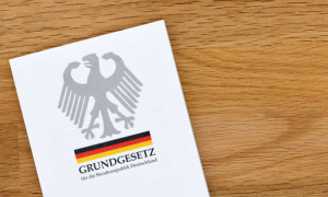 1277452514-grundgesetz-bundesrepublik-deutschland-jahre-alt-5RHysItea7